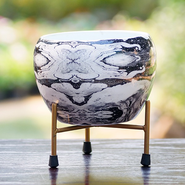 Round Metal Pot With Stand